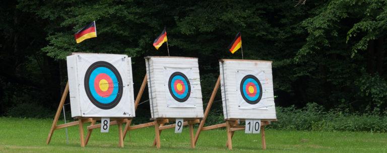 Scheibenschießen auf Zielscheiben im Bogensport